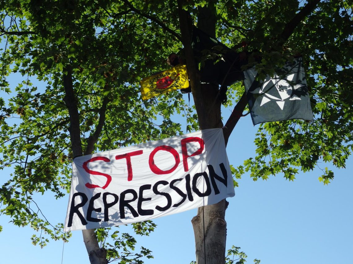 Protest mit Banner Stopp Repression im Baum am Amtsgericht Lingen